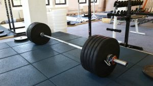 Volle Langhantel im PowerSports Gym