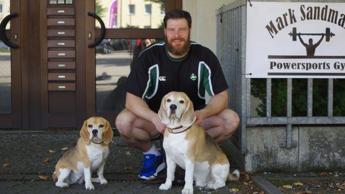 Mark mit seinen Hunden vor dem Gym