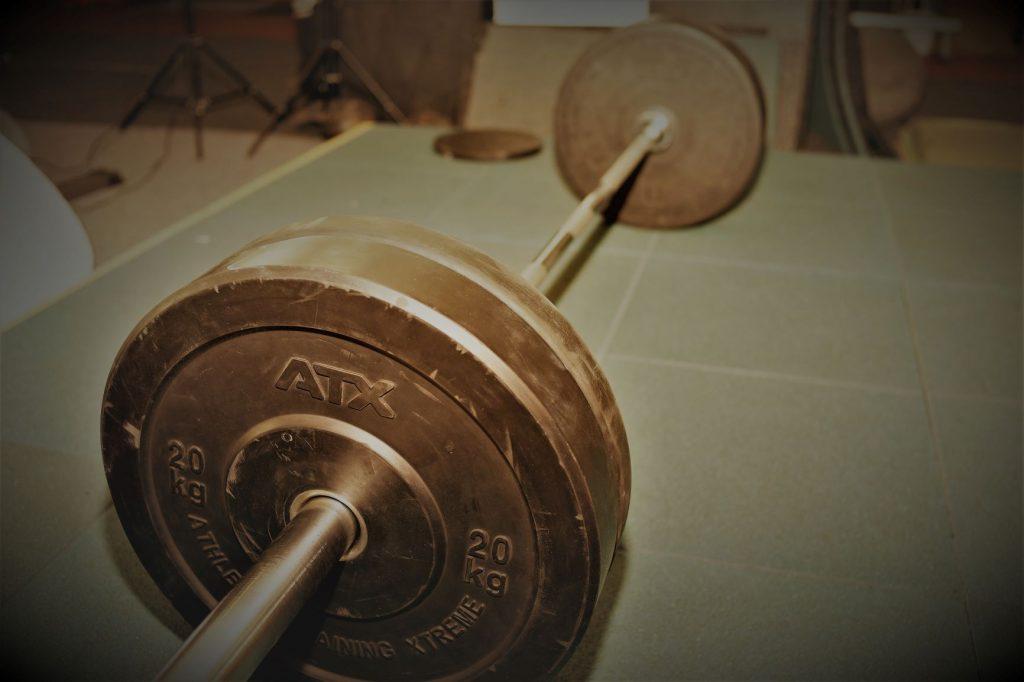 Echtes Krafttraining mit schweren Lasten im Powersports-Gym hilft bei Gelenkschmerzen